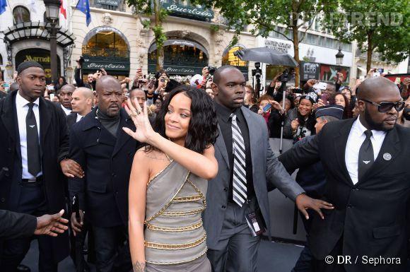 Habituellement sulfureuse et peu vêtue, Rihanna est arrivée dans une tenue relativement sage au Sephora des Champs le 4 juin 2014 pour dédicacer son parfum Rogue.