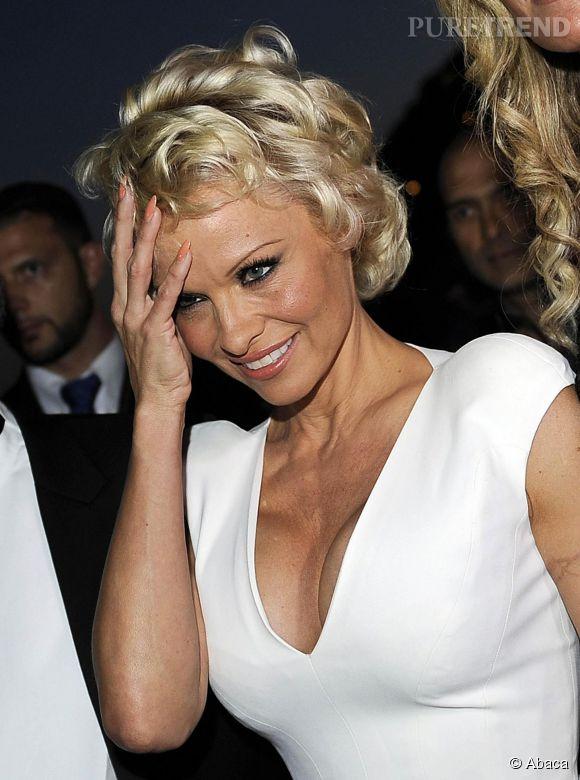 Pamela Anderson, sa coupe courte et sa poitrine XXL font sensation au Festival du film de Taormine en Sicile, le 15 juin 2014.