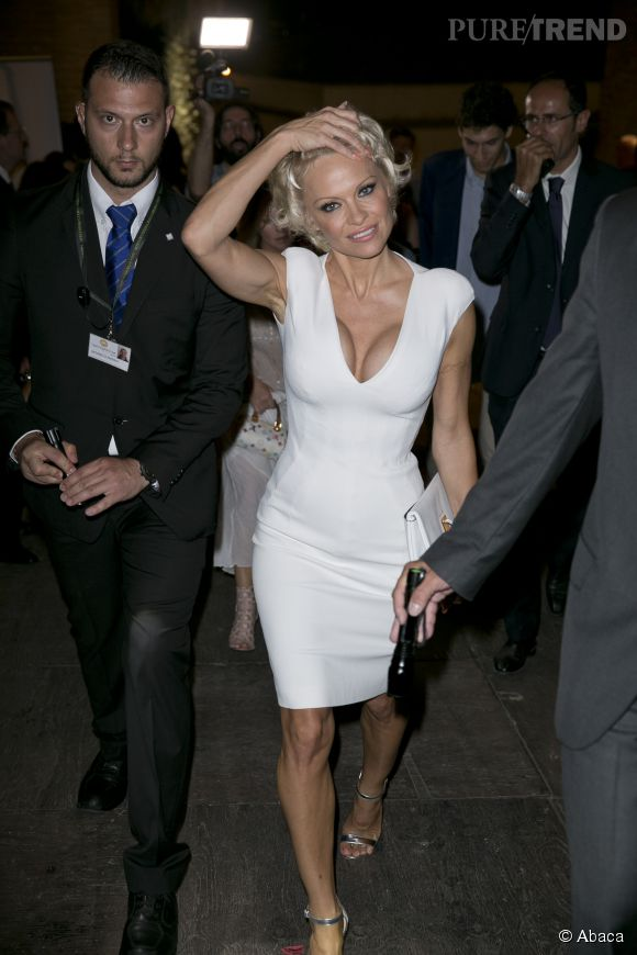 Lorsque Pamela Anderson lève le bras, ses seins ont l'air encore plus gros. Après tout ce temps, la bimbo n'arrive pas à intégrer qu'une poitrine surgonflée c'est tout sauf distingué...