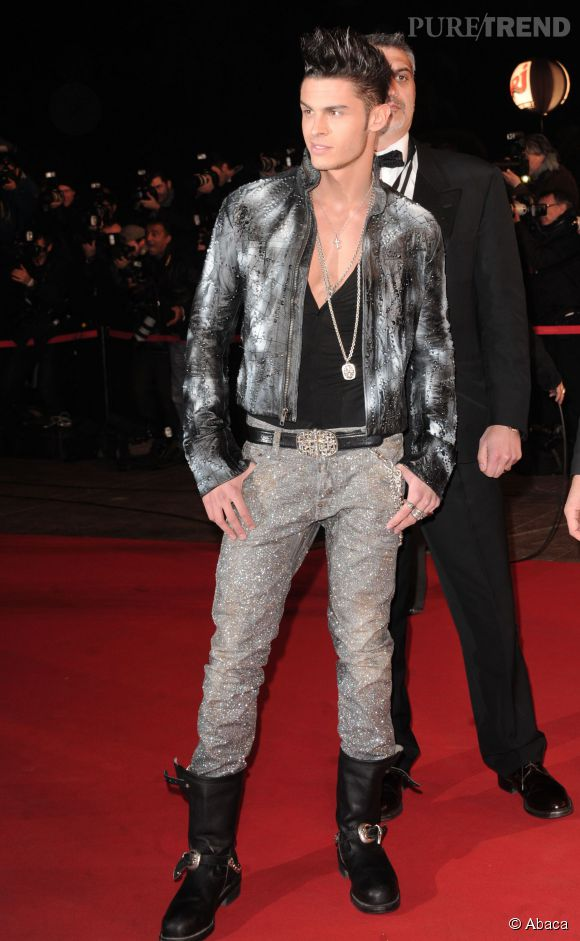 Baptiste Giabiconi un pantalon très brillant pour les NRJ Music Awards 2011.