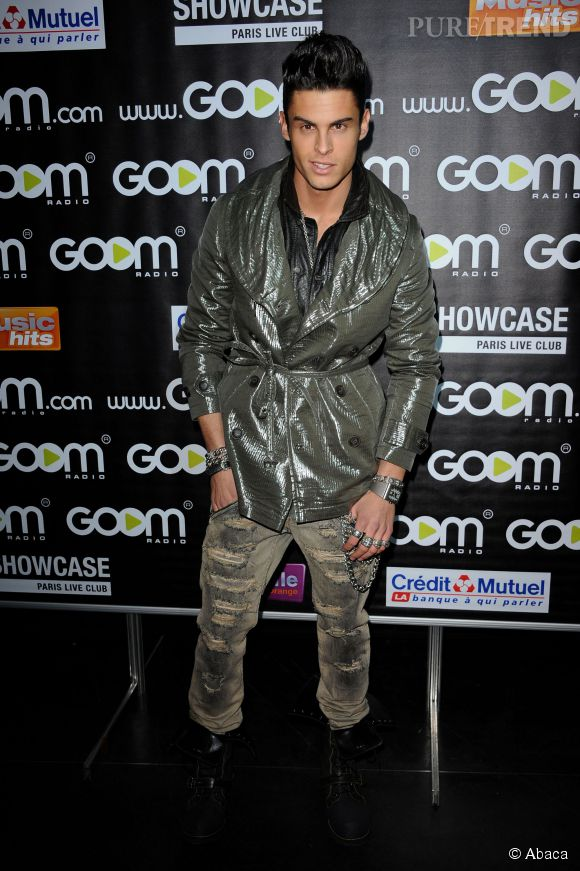 Baptiste Giabiconi, trench brillant et pantalon déchiré en 2011.
