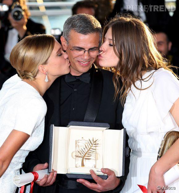 Abdellatif Kechiche au milieu de Léa Seyoux et d'Adèle Exarchopoulos lors de la remise de la Palme d'or au Festival de Cannes 2013.