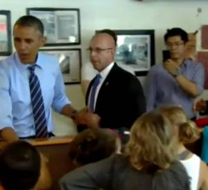 Barack Obama paie la commande d'une famille lors de sa visite dans le restaurant Franklin Barbecue, à Austin dans le Texas