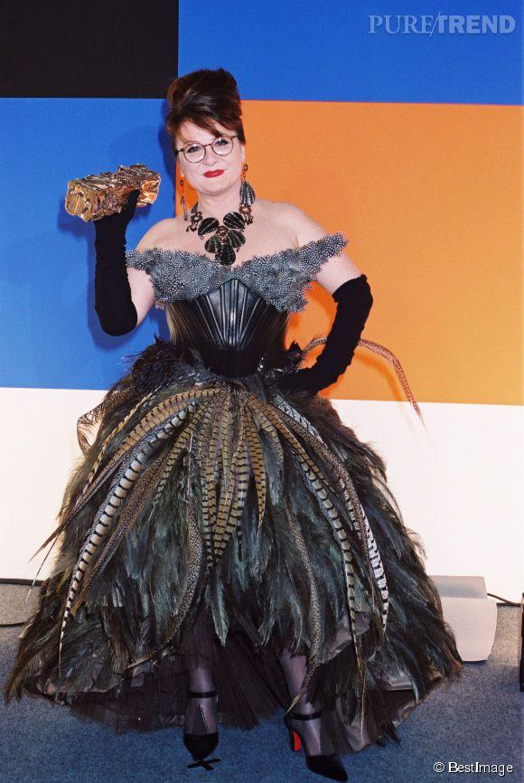Josiane Balasko et son look déjanté pour recevoir son César d'honneur en 2000.