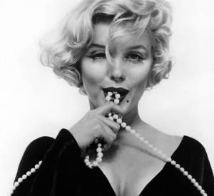 Marilyn Monroe : Même si il ne faut pas toucher l'icône glamour et le sex symbole des années 50', on vous le révele : avant d'être en robe blanche volante, Norma Jeane Baker portait le bleu de travail à l'usine huit heures par jours en 1943 en tant que vérificatrice de parachute.