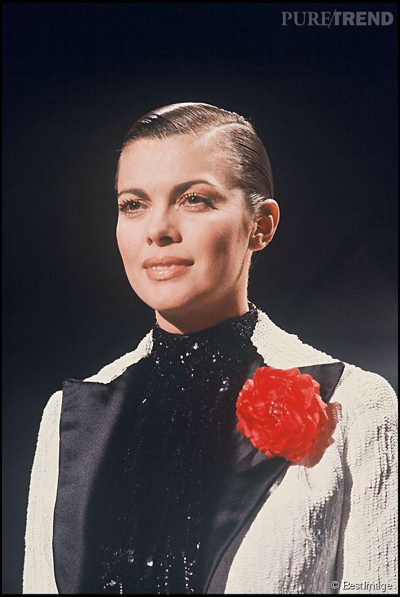Lorsque Mireille Mathieu plaque ses cheveux, en 1977, elle met la lumière sur son visage.