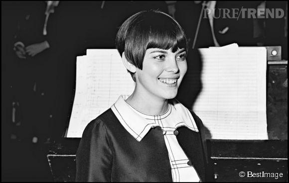 Dans les années 60, Mireille Mathieu arborait une coupe très courte. Le début de sa coupe au bol.