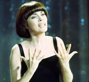 """Mireille Mathieu a 68 ans : l'éternelle """"coupe champignon"""" en 20 photos"""