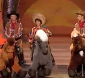 """Florence Foresti, Franck Dubosc et Stéphane Rousseau jouent aux cawboys lors du """"Gala Juste pour Rire"""" en 2009."""