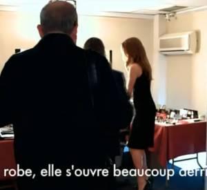 Céline Dion ne se rend pas compte que le zip de sa robe est monté beaucoup trop haut. Heureusement que Florent Pagny était là pour le lui faire remarquer.