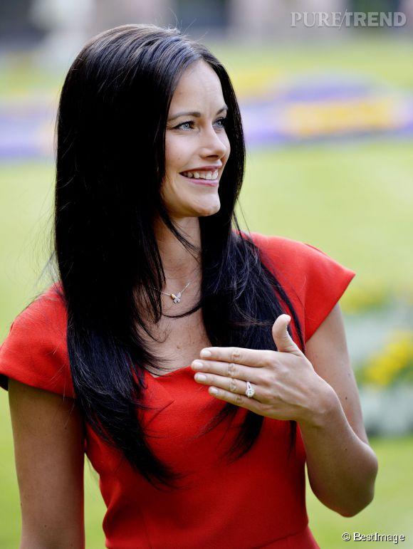 Sofia Hellqvist montre sa bague de fiançailles. Une fierté pour l'ex bimbo de la télé !