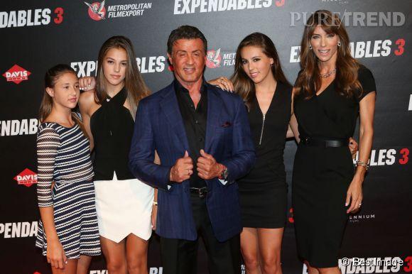 """Sylvester Stallone avec sa femme Jennifer Flavin, et leurs trois filles Scarlet Rose, Sistine Rose et Sophia Rose à l'avant-première de """"Expendables 3"""" à l'UGC Normandie à Paris le 7 août 2014."""