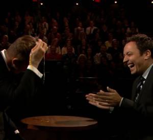 """David Beckham et Jimmy Fallon jouent à la roulette russe version """"oeuf""""."""