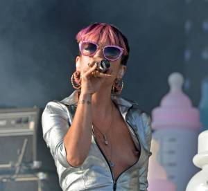 Lily Allen et Rita Ora : Fesses et seins nus au V Festival, attention les yeux !