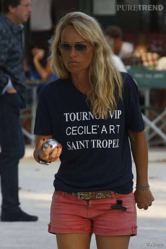 Cécile de Ménibus a participé au traditionnel tournoi de pétanque VIP à Saint-Tropez. C'est dans une tenue très sexy que la présentatrice s'est brillamment illustrée sur la Place des Lices.