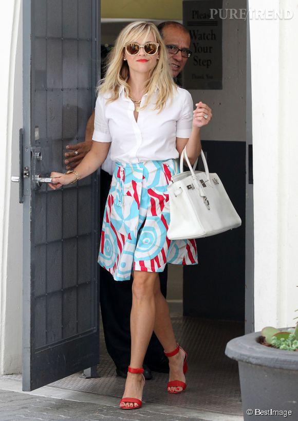 Reese Withersppon dans les rues de Beverly Hills le 21 août 2014, les sandales rouges : it de l'année !