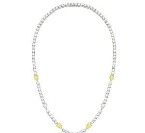 La collection Extremely de Piaget Collier en or blanc 18 carats serti de 93 diamants taille brillant (environ 20,74 carats), de 21 diamants taille poire (environ 8,85 carats), de 5 diamants jaunes taille poire (environ 7,28 carats), d'1 diamant jaune taille coussin (environ 6,02 carats), d'1 diamant taille poire (environ 2,02 carats), d'1 diamant taille poire (environ 1,51 carats) et de 2 diamants taille brillant (environ 1 carat).