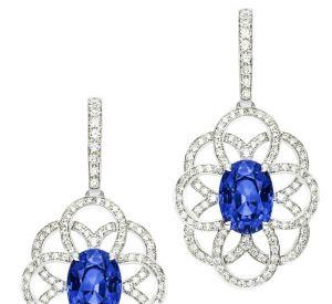 La collection Extremely de Piaget Boucles d'oreilles en or blanc 18 carats serties de 2 saphirs bleus taille ovale (environ 12,77 carats) et de 206 diamants taille brillant (environ 1,91 carats).