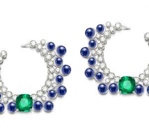 La collection Extremely de Piaget Boucles d'oreilles en or blanc 18 carats serties de 34 saphirs bleus taille cabochon (environ 32,74 carats), de 2 émeraudes taille coussin (environ 10,46 carats) et de 58 diamants taille brillant (environ 7,30 carats).