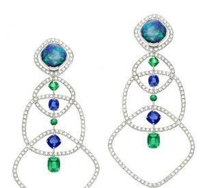 La collection Extremely de Piaget Boucles d'oreilles en or blanc 18 carats serties de 2 opales noires taille coussin (environ 5,38 carats), de 300 diamants taille brillant (environ 4,61 carats), de 4 saphirs bleus taille coussin (environ 3,59 carats), de 4 émeraudes taille coussin (environ 2,29 carats) et de 2 émeraudes rondes (environ 0,17 carat).
