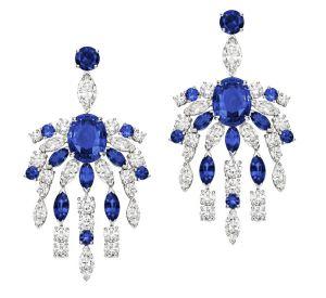 La collection Extremely de Piaget Boucles d'oreilles en or blanc 18 carats serties de 2 saphirs bleus taille ovale (environ 9,05 carats), de 16 diamants taille marquise (environ 4,52 carats), de 10 saphirs bleus taille marquise (environ 4,45 carats), de 32 diamants taille brillant (environ 4,28 carats) et de 12 saphirs bleus ronds (environ 2,86 carats).