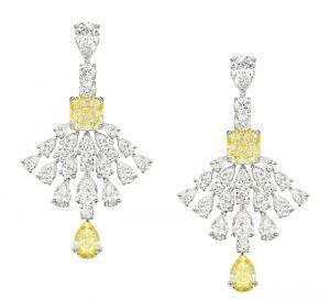 La collection Extremely de Piaget Boucles d'oreilles en or blanc 18 carats serties de 34 diamants taille poire (environ 10,09 carats), de 2 diamants jaunes taille coussin (environ 6,04 carats), de 2 diamants jaunes taille poire (environ 2,40 carats) et de 12 diamants taille brillant (environ 1,68 carat).