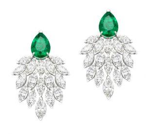 La collection Extremely de Piaget Boucles d'oreilles en or blanc 18 carats serties de 34 diamants taille marquise (environ 16,38 carats) et de 2 émeraudes taille poire (environ 7,90 carats).