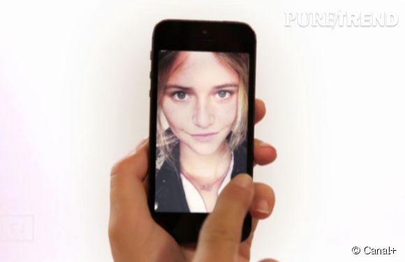 Raphaëlle Dupire parodie la publicité du nouvel iPhone en faisant défiler des selfies d'elle-même.
