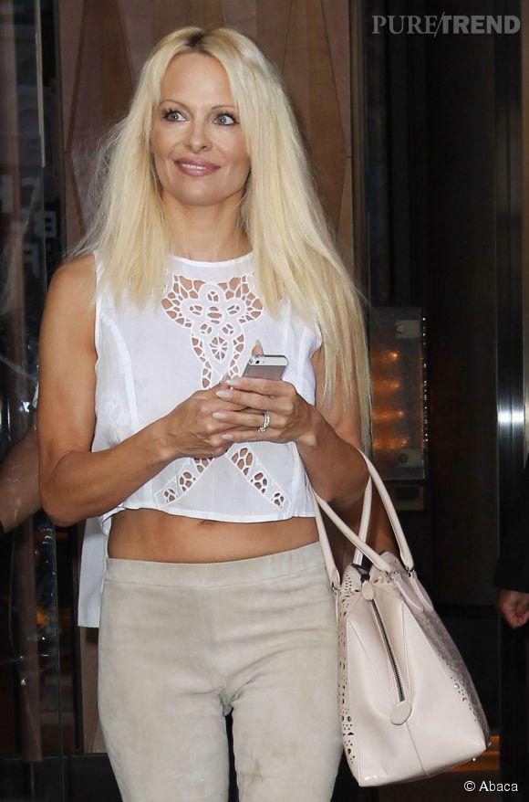 Pamela Anderson dévoile aussi sa poitrine avec un top en dentelle.