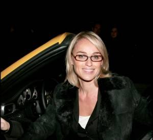 Cécile de Ménibus se risque à un exercice périlleux : la sortie de voiture en minijupe.