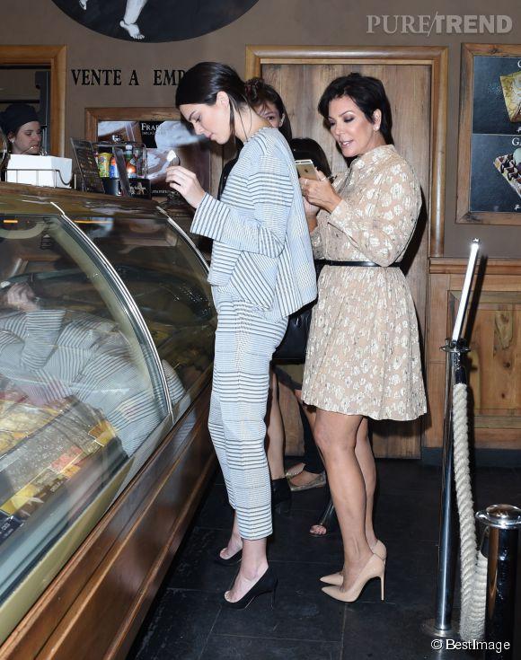Kendall et Kris Jenner, pause glace chez Amorino pendant la Fashion Week de Paris.