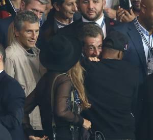 Jay-Z et Sarko ont échangé un check si intense qu'on aurait juré les voir se faire un câlin. Pendant ce temps là, Nagui se tenait à 20 centimètres de Beyoncé et vu sa tête, il ne risque pas de s'en remettre tout de suite !