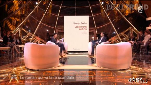 """Alessandra Sublet et Nicolas Bedos, ce mercredi 8 octobre 2014 sur le plateau de """"Un soir à la tour Eiffel"""", font le buzz avec cette fausse liaison entre Nicolas Bedos et Valérie Trierweiler."""