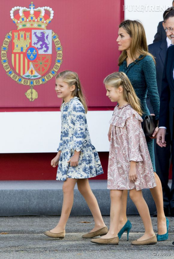 Letizia était accompagnée de ces deux petites princesses pour la parade militaire de la fête nationale espagnole le 12 octobre 2014 à Madrid.