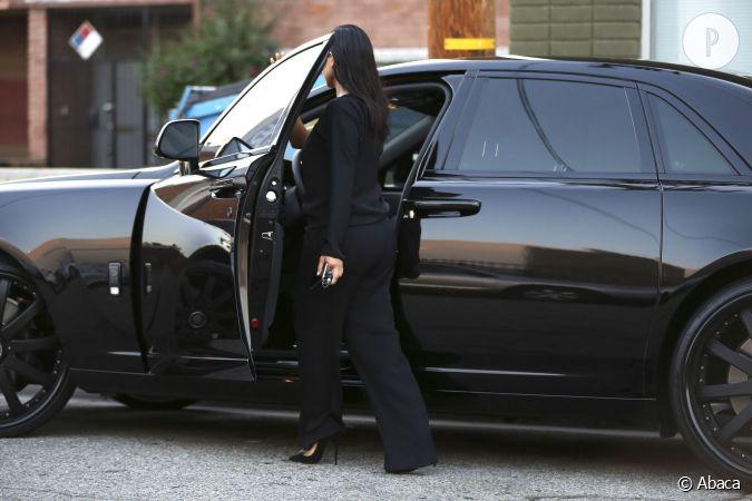 stilettos ou pas kim kardashian aime conduire sa voiture rutilante classe. Black Bedroom Furniture Sets. Home Design Ideas