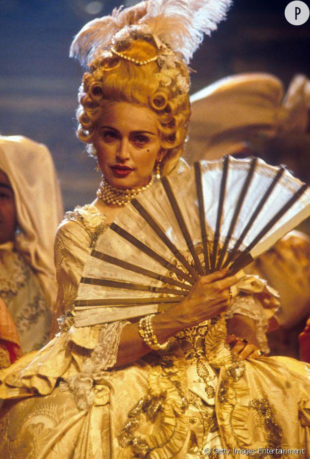 Madonna, en Marie-Antoinette, lors d'une mise en scène de Vogue pour les MTV Video Music Awardsen 1990.