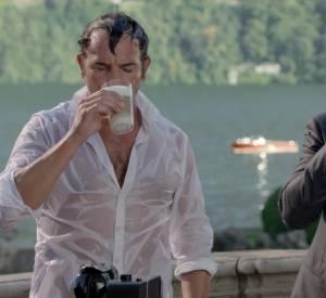 Jean Dujardin mouille sa chemise dans la nouvelle publicité Nespresso.