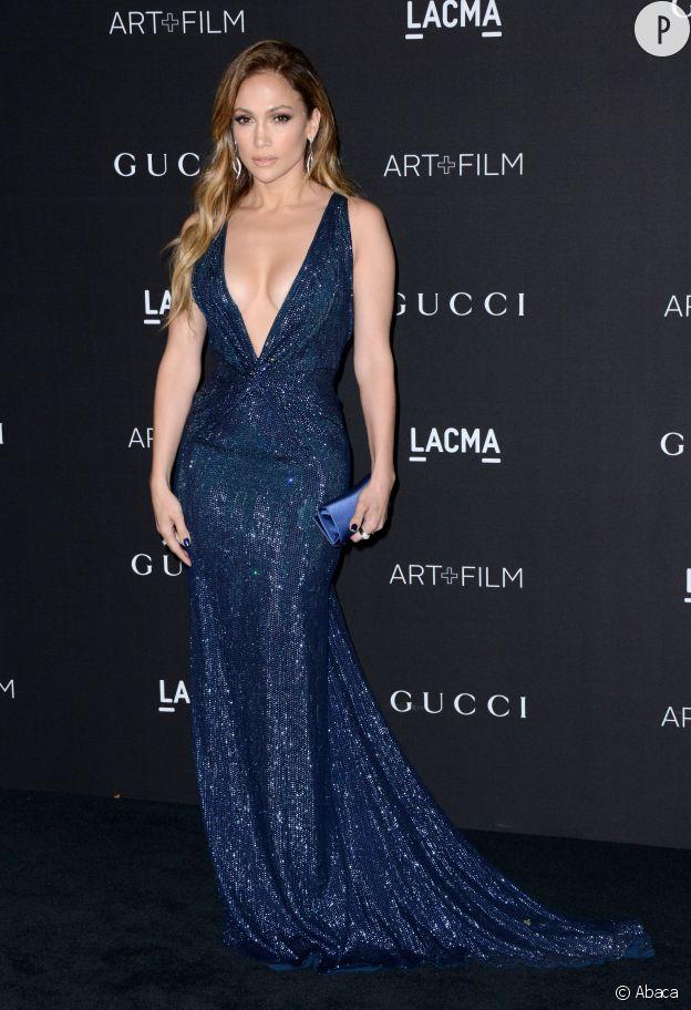 Jennifer Lopez et son décolleté à tomber à la soirée des LACMA ART + Film Gala.