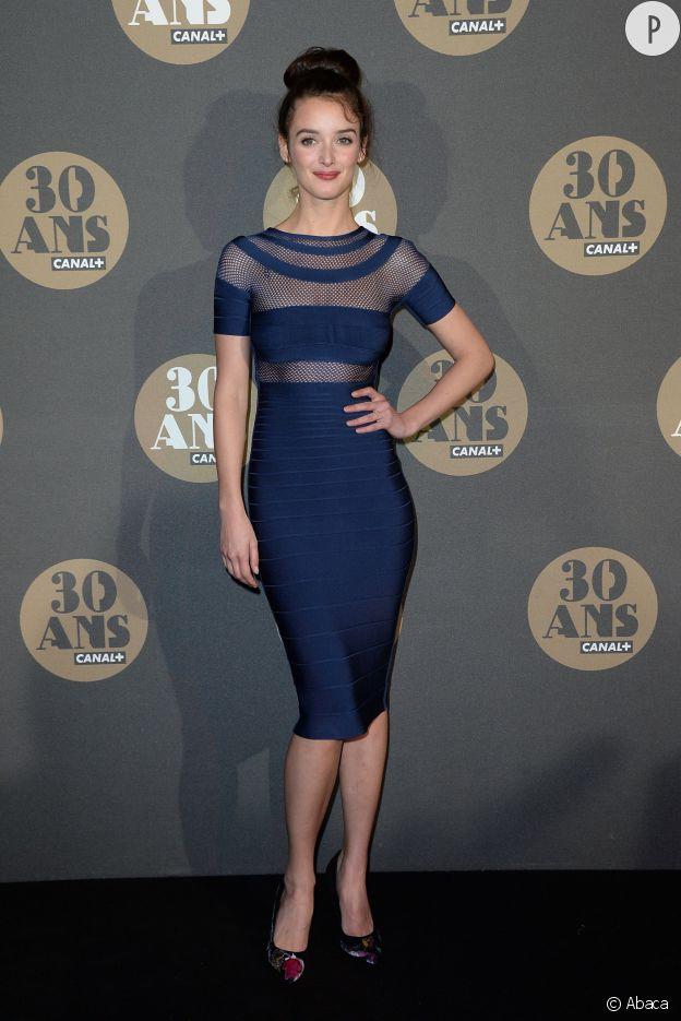 Charlotte Le Bon ose la robe moulante et transparente à la soirée des 30 ans de Canal+ au Palais de Tokyo à Paris le 4 novembre 2014.