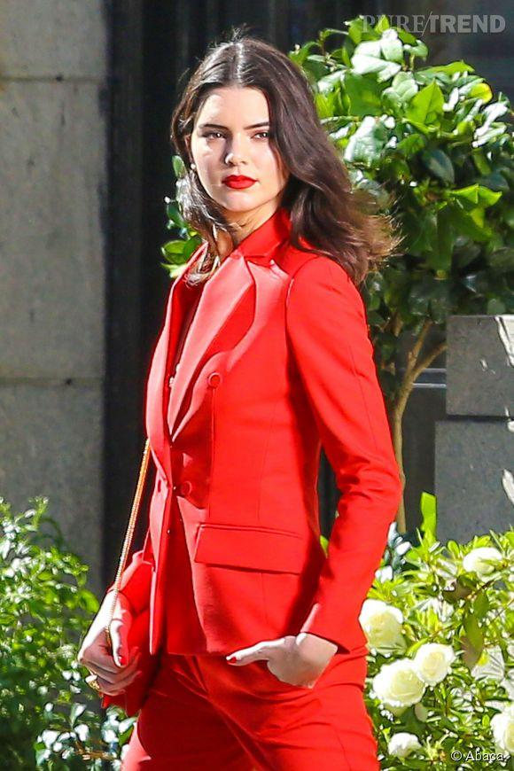 Kendall Jenner, toute de rouge vêtue dans les rues de Los Angeles, ce mercredi 5 novembre 2014.
