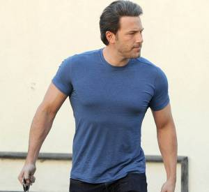 Ben Affleck est super moulé dans son petit T-shirt. Il serait temps de prendre une taille au dessus Benou !