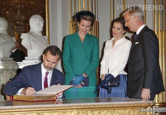 La signature du livre d'or du Palais Royal de Bruxelles était au programme de la visite du couple souverain d'Espagne.