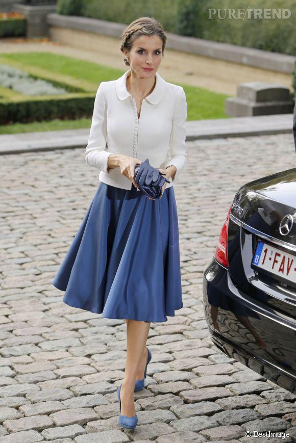 Jupe sous le genou et petite veste blanche, la reine Letizia a opté pour une tenue chic et classique pour sa visite en Belgique.