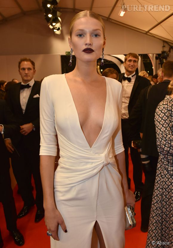 Toni Garrn sort le grand jeu côté look aux Bambi Awards 2014 à Berlin.