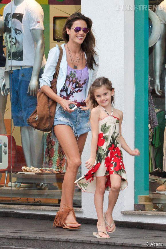 Alessandra Ambrosio et sa fille, Anja, dans les rues de Jurere (Brésil) lundi.