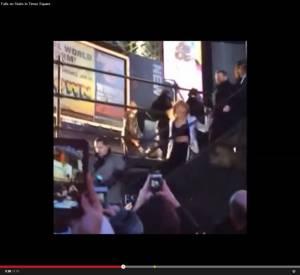 En quittant la scène de Times Square après son concert, Taylor Swift a chuté dans les escaliers.