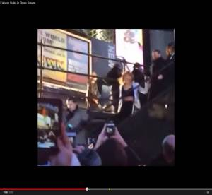 Taylor Swift : sa chute mémorable à New York devant ses fans (video)