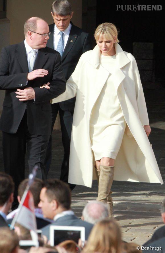Bain de foule pour la princesse Charlène de Monaco et le prince Albert II après la présentation de leurs jumeaux à Monaco le 7 janvier 2014.