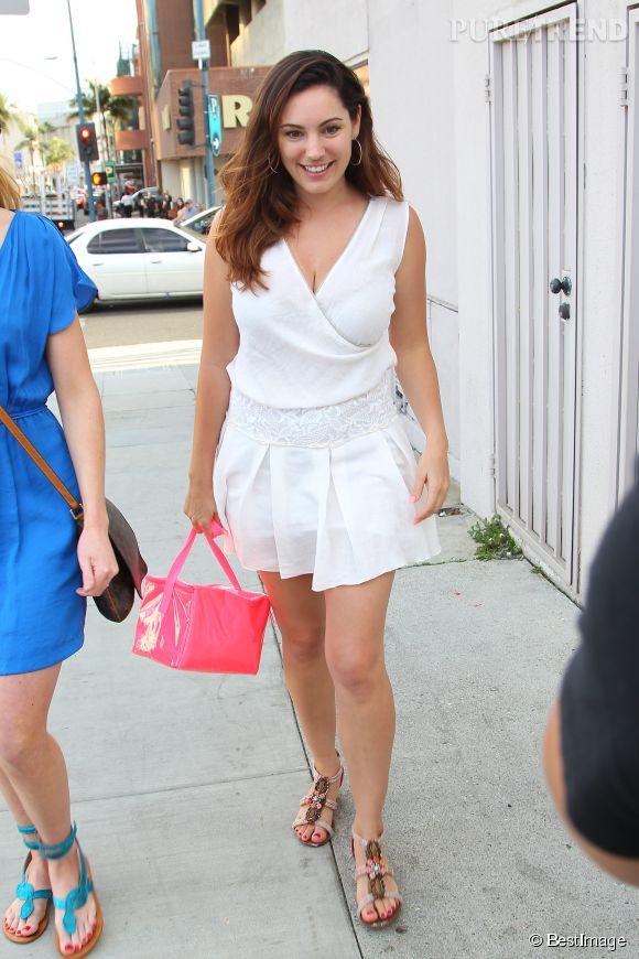Kelly Brook, trente-cinq ans et sexy à souhait en total look blanc.