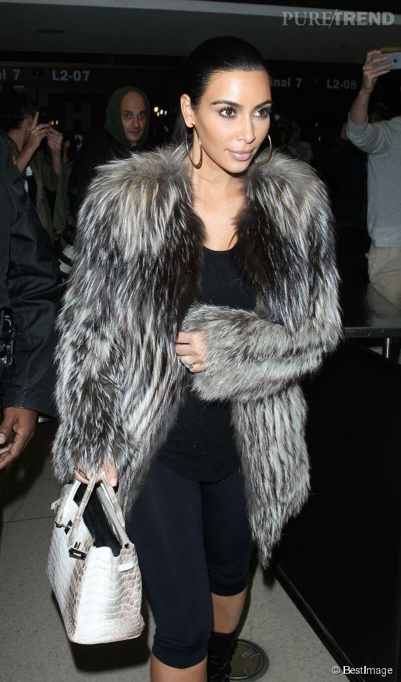 Kim Kardashian mise sur un combo peau de bête pour le manteau et le sac : elle ne craint pas de s'attirer les foudres des defenseurs de la cause animale !